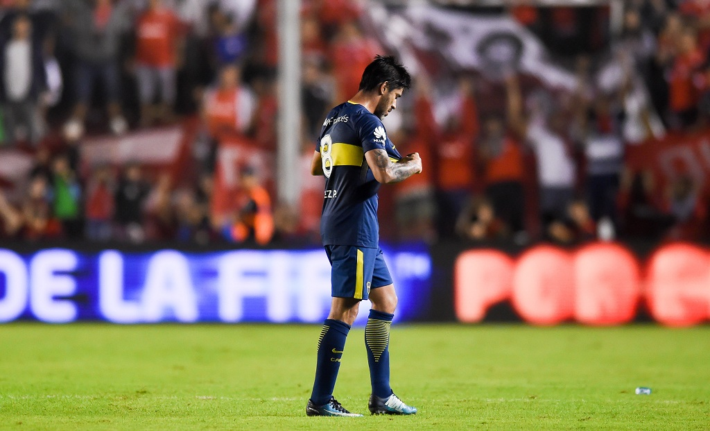BUENOS AIRES, ARGENTINA - APRIL 15: Pablo Perez of Boca Juniors leaves the field after receiving a red card during a match between Independiente and Boca Juniors as part of Superliga 2017/18 at Libertadores de America Stadium on April 15, 2018 in Buenos Aires, Argentina. (Photo by Marcelo Endelli/Getty Images)