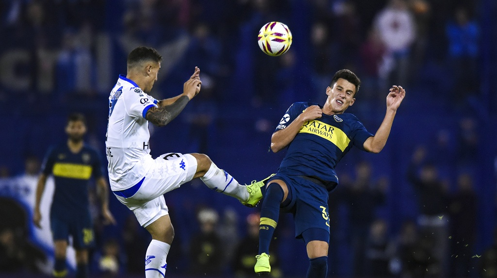 BUENOS AIRES, ARGENTINA - MAY 12: Nicolas Capaldo of Boca Juniors fights for the ball with Braian Cufre of Velez Sarsfield during a first leg quarter final match between Velez and Boca Jrs. as part of Copa de la Superliga 2019  at Jose Amalfitani Stadium on May 12, 2019 in Buenos Aires, Argentina. (Photo by Marcelo Endelli/Getty Images)